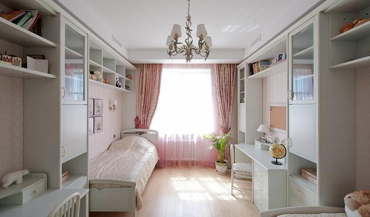 <p>Автор проекта: архитектурная мастерская &laquo;А+А&raquo;.&nbsp;</p> <p>В этой детской комнате есть и спальная, и рабочая, и игровая зоны. Общий молочно-белый колорит делает эту комнату очень спокойной и уютной. </p>