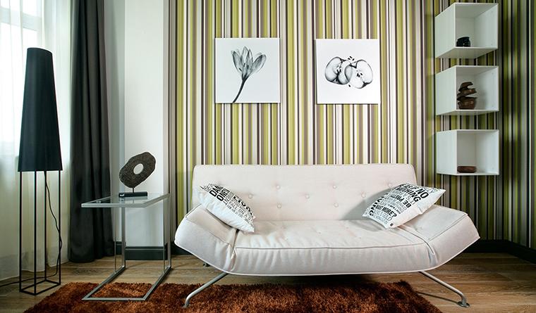 <p>Автор проекта: Domestic Studio.&nbsp;Фотограф: Сергей Ананьев</p> <p>Данная декорация как раз демонстрирует тот поп-артистский прием, когда фон для мебели и искусства сделали очень активным. Белый дизайнерский диван и ч/б графика на фоне тонких полосок в бело-зеленной гамме выглядят очень эффектно.</p>