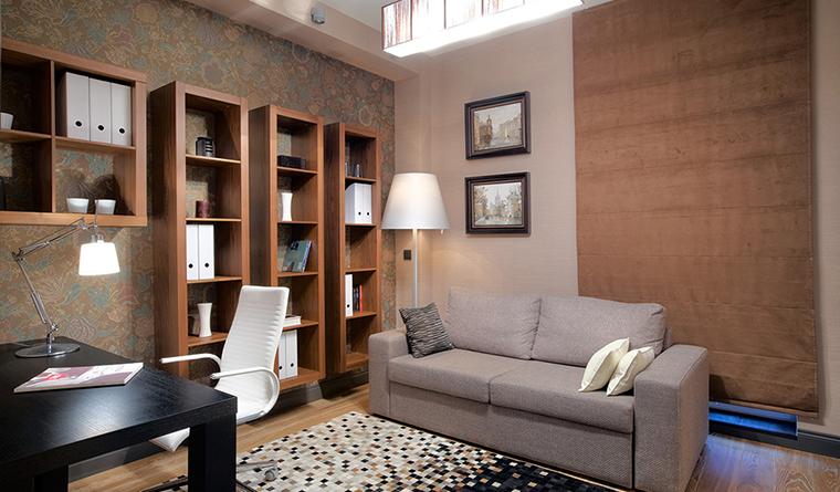 <p>Автор проекта: Studio Domestic Studio<br /> Фотограф: Сергей Ананьев Сергей</p> <p>Небольшой двухместный диван выделил зону отдыха в пространстве домашнего рабочего кабинета.&nbsp;</p>