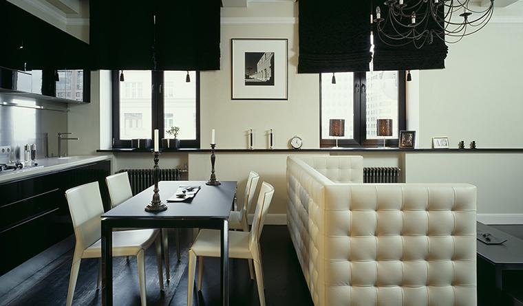 <p>Автор проекта: бюро I.D. Interior Design.&nbsp;</p> <p>В этой кухонной зоне все-таки больше белого, чем черного. Но черный цвет, благодаря своей активности, преобладает.</p>