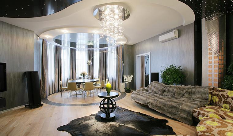 <p>Автор: Светлана Байдюк</p> <p>Открытая гостиная в современной квартире оформлена в модном стиле нео-футур с использованием сложных форм, дизайнерского света и эффектного текстиля. В полукруглом эркере была организована круглая столовая зона, форма которой подчеркивается линией пола и навесного потолка с подсветкой.</p>