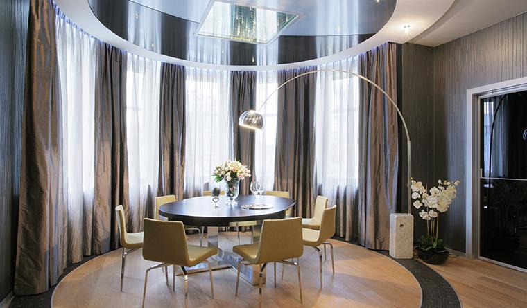 <p>Автор проекта: Светлана Байдюк.</p> <p>При дизайне натяжных потолков на кухне чаще всего используется гарпунная система, которая обеспечивает максимально высокое качество монтажа.</p>