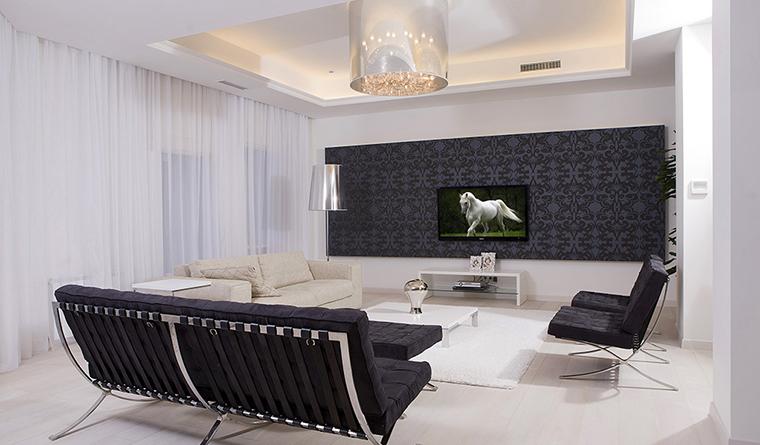 <p>Авторы проекта: архитектурно-строительная компания &laquo;АСКО - Украина&raquo;.</p> <p>При дизайне натяжных потолков в гостиной закарнизное пространство может использоваться для установки дополнительной вентиляции или решёток кондиционера. В этом случае предпочтительнее использовать матовое полотно.</p>