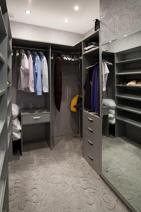 <p>Автор проекта: Гармония</p> <p>Гардеробная комната оформлена в современном стиле и брутальной серо-стальной гамме. Кроме разнообразных стеллажей комната оборудована большим зеркалом и мягким ковром, все в серых тонах. </p>