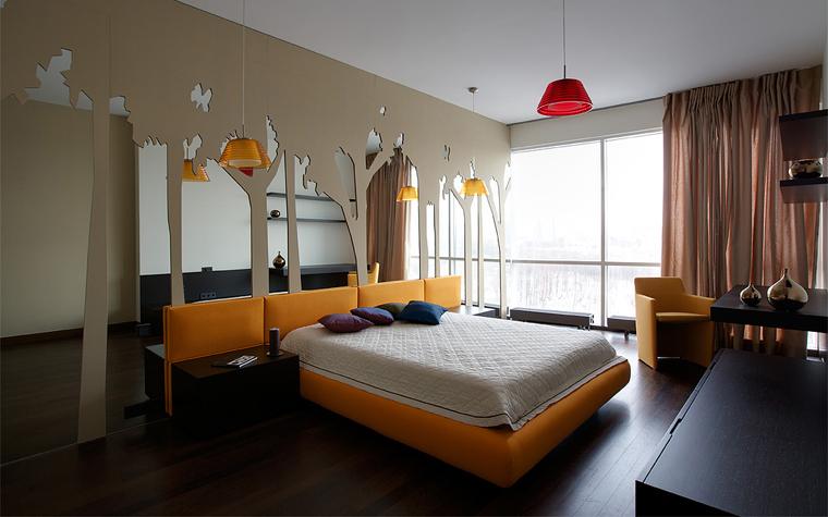 <p>Автор проекта: группа компаний «Декора». Фотограф: Сергей Ананьев.</p> <p>Эта кровать с желто-оранжевым изголовьем и основанием рифмуется с креслом и потолочными светильниками аналогичного цвета. Все выглядит немного сценографически. Но для натур ярких, артистических такой интерьер будет просто родным!</p>