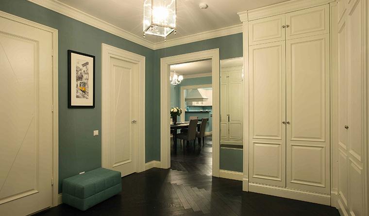 <p>Автор проекта: Виктория  Власова</p> <p>Просторная прихожая оформлена в стиле современной классики и грамотно окрашена. Насыщенные серо-зеленые стены, белые двери и настенные шкафы, черный паркетный пол. Элегантно и модно!&nbsp;</p>