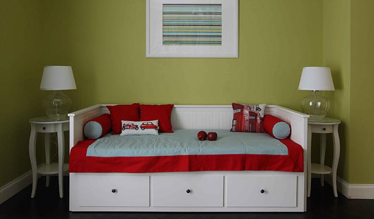<p>Автор проекта: Виктория  Власова</p> <p>Зона отдыха в детской комнате выглядит эффектно и выразительно. Белый диван с красными подушками и покрывалом да еще с изящными тумбочками по бокам. И все это на фоне стены цвета горчицы. Белый и красный становятся еще более яркими на фоне желто-зеленого цвета.&nbsp;</p>