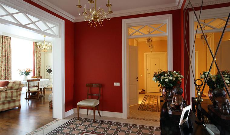 <p>Автор проекта: Дарья Харитонова.</p> <p>Активный красно-белый холл этого загородного дома ведет в менее активные по цвету интерьеры.</p>