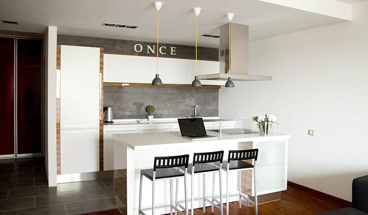 <p>Автор проекта: Ольга Сушко</p> <p>Лаконичная черно-белая кухня&nbsp; декорирована не менее лаконично. С помощью одного единственного английского слова, но с емким смыслом.</p>