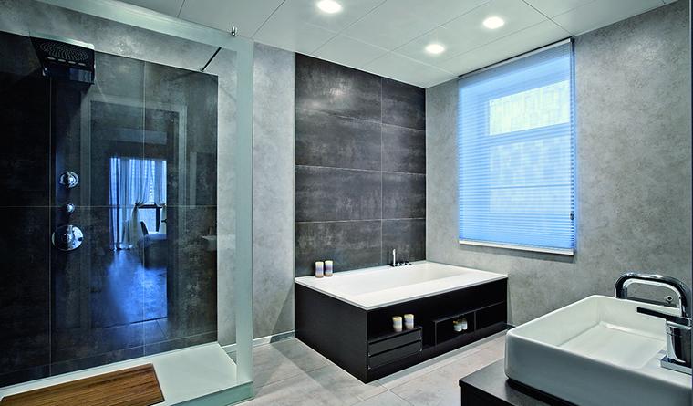 <p>Автор проекта:  Елизавета  Конторовская.&nbsp;Фотограф: Зинон Разутдинов.</p> <p>Жалюзи &mdash; удачное решение для дизайна окна в ванной комнате. Они выполнены из прочного влагостойкого материала и благодаря своим конструктивным особенностям позволяют регулировать уровень естественного освещения.</p>
