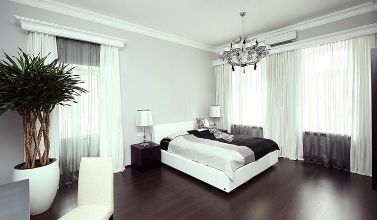 <p>Автор проекта: Виктория Якуша &nbsp;</p> <p>Просторная спальная комната оформлена по принципу:&nbsp; черный низ - белый верх. На черно-коричневом деревянном полу активно выделяются белая кровать, стулья и легкие&nbsp; полупрозрачные драпировки.</p>
