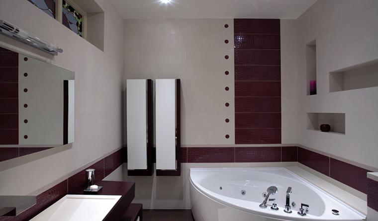 <p>Автор проекта: &quot;Версия&quot; Архитектурная студия</p> <p>Контраст белого и бордового в отделке стен и угловая ванна с закругленными углами, делают интерьер санузла простым и элегантным одновременно.</p>