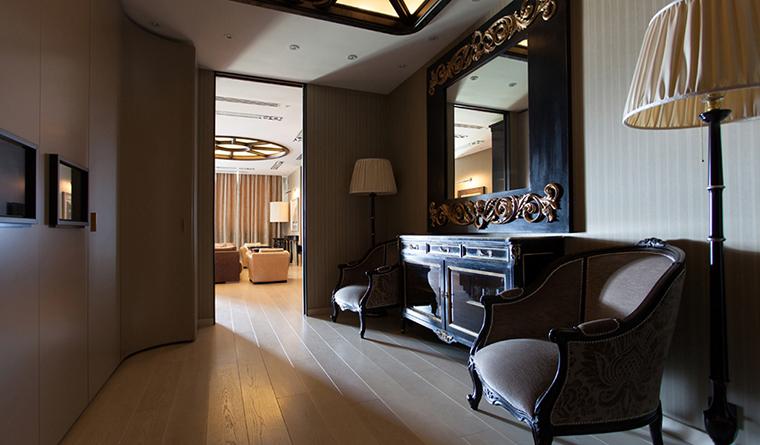 <p>Автор проекта: Юрий Зубенко</p> <p>Гардеробная комната является продолжением гостиной, поэтому она оформлена в том же модном миксте классики и ар-деко.&nbsp; Настоящим украшением интерьера стали роскошное зеркало-комод, пара французских кресел и торшеров, а вся система хранения срыта за панелями шкафов-купе. То есть помещение вполне может служить и в качестве камерной гостиной.</p> <p>&nbsp;</p>