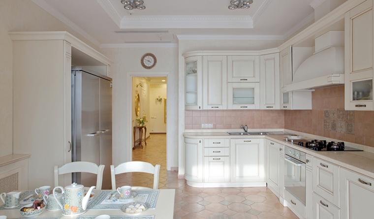 <p>Автор: Архитектурная студия &laquo;Версия&raquo;</p> <p>Плитка пола и фартука стен, белизна потолков и непосредственно кухни - тоже признак классического интерьера.</p>
