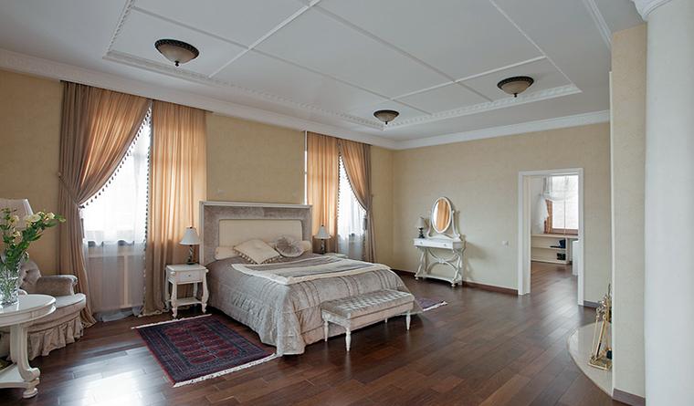 <p>Автор проекта: &quot;Версия&quot; Архитектурная студия Версия</p> <p>Спокойный, усадебный вариант спальни хорош для загородного дома.</p>