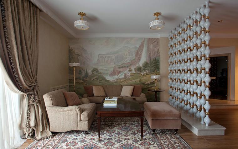 <p>Автор проекта: Архитектурная Студия «Версия»</p> <p>Интерьер в классическом стиле условно зонирован перегородкой-конструкцией. </p>