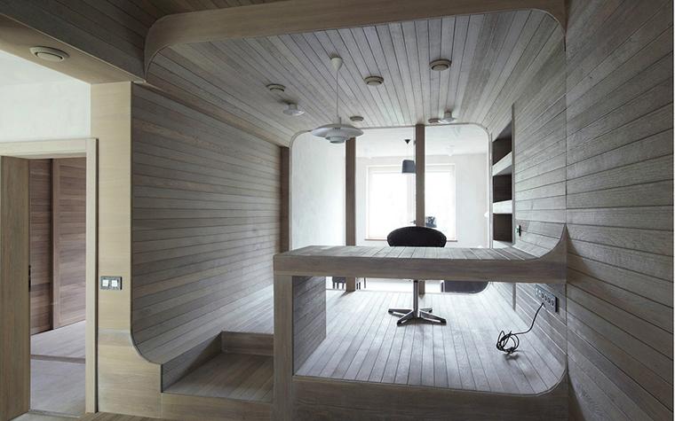 <p>Автор проекта: Пётр Костелов</p> <p>Скругленные углы стен, потолка, мебели, да и самого пространства кабинета-капсулы, отчасти заставляют вспомнить гнутые формы ар-нуво.</p>