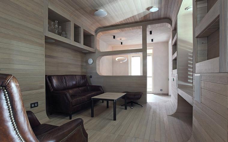 <p>Автор проекта: Петр Костелов.&nbsp;</p> <p>Дополнительное пространство в этом интерьере получилось не только благодаря балккону, присоединеному к комнатам, но и нишам в стенах. В одну из них, самую большую, поместился даже объемный кожаный диван. </p>