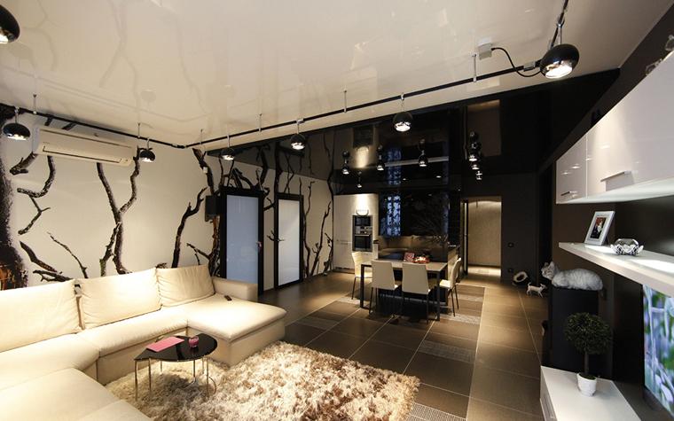 <p>Авторы проекта: Дина Шашкова.</p> <p>Единство пространства столовой и гостиной подчеркнуто фотообоями. Визуальное деление на зоны достигается за счет контрастных цветов потолка.</p>