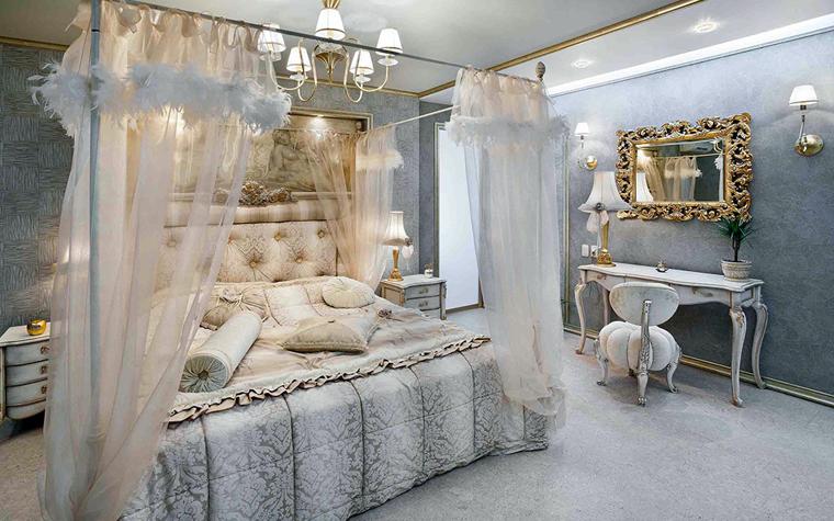<p>Автор проекта: студия эксклюзивного дизайна &laquo;Интерьер West&raquo;.</p> <p>Зеркало над туалетным столиком, заключённое в массивную позолоченную раму, – классический элемент оформления дамской спальни.</p>
