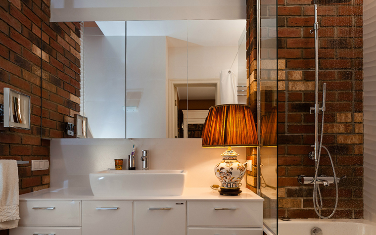 <p>Автор: K-studio Interior Design&nbsp;</p> <p>Декор ванной комнаты в стиле лофт с открытой кирпичной кладкой и белыми стенами выбирают молодые и продвинутые потребители. Здесь уместен даже неожиданный светильник под абажуром цвета все той же кирпичной кладки.</p>