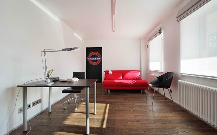 <p>Автор проекта: Градиз Градиз</p> <p>Просторный кабинет имеет два больших окна и отличный свет. В открытом пространстве соединились рабочая зона с местом отдыха, где правит ярко красный диван. Он стал главной доминантой белого минималистичного интерьера.</p>