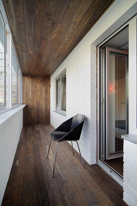 <p>Автор проекта: Градиз</p> <p>Здесь балкон - идеальное место для медитаций, с минимализмом белых штукатуренных кирпичных стен и деревянных пола и потолка.</p>