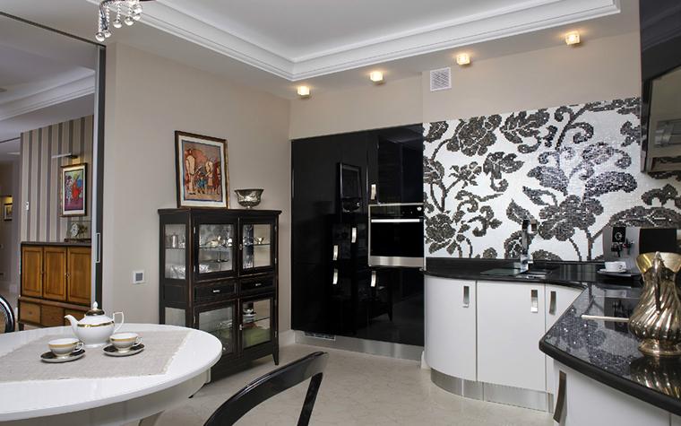 <p>Автор проекта: Людмила Дроздова.&nbsp;</p> <p>Кухонную и столовую зону можно украсить произведениями одного формата. Им вовсе необязательно висеть рядом.</p>