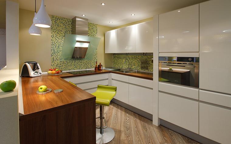 <p>Автор проекта: Татьяна Бо.&nbsp;</p> <p>В пространствах open space, когда кухня является продолжением столовой и гостиной, цвет облицовки может стать важным акцентом в общей цветовой гамме. Как в этом проекте, под цвет настенной мозаики подобраны зеленый барный стул и аксессуары. </p>