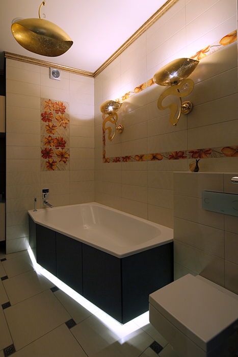 <p>Автор проекта: Сергей Тихомиров<br /> Фотограф: Разутдинов Зинон</p> <p>Угловая ванна выглядит весьма традиционно.</p>