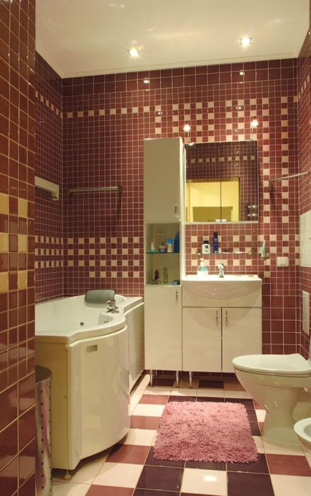<p>Автор проекта: Ирина Шаманова.&nbsp;</p> <p>Ванная комната, соединенная с туалетом, оборудована удобной ванной с полукруглым выступом, унитазом, биде, а также оригинальной мебелью, в которой соединились раковина, вписанная в шкаф и высокий стеллаж. Главной фишкой санузла стала ее декоративная облицовка. Все стены и пол выложены керамической плиткой двух цветов: беж и бордо. Единственное отличие: на стенах орнамент состоит из мелких квадратиков,&nbsp; а на полу - из крупных.</p>