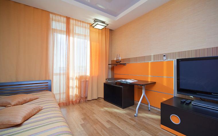 <p>Автор проекта: Ирина Шаманова.</p> <p>Гостевая спальня вполне может быть выдержана в желто-оранжевых тонах. Пусть гостям будет весело!</p>