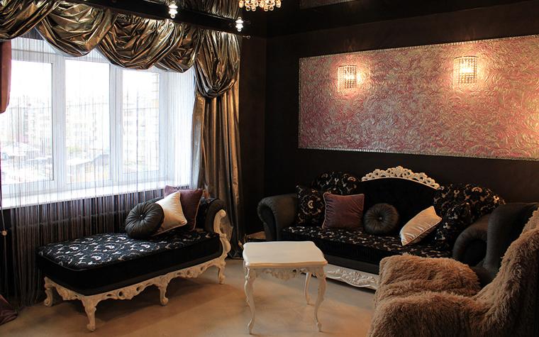 <p>Автор проекта: Ирина Багаева.&nbsp;</p> <p>Черно-белая ампирная гостиная с золотыми шторами имеет оригинальный световой сценарий. Из черно-золотого &nbsp;интерьер при другом свете превращается в черно-серебряный.</p>
