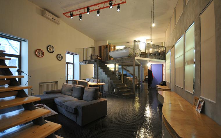 <p>Автор проекта: Дмитрий Давыдов.</p> <p>При большой высоте потолков функциональные зоны можно выделить за счёт организации антресолей, как в данном проекте. На одной  из них организовали ванную, на другой &mdash; спальню.</p>