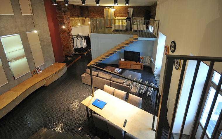 <p>Автор проекта: Дмитрий Давыдов</p> <p>Открытую гостиную и спальню на антрессоли соединила деревянная одномаршевая лестница без перил и баллюстрады. Выглядит эффектно, но и небезопасно! </p>