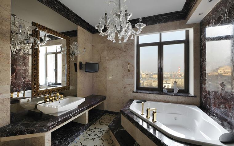 <p>Автор проекта: Архитектурная мастерская братьев Титовых</p> <p>Декор этой ванной комнаты превратил ее в поноценную залу.</p>