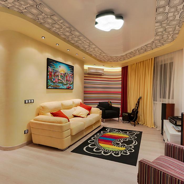 <p>Автор проекта: Евгения Середкина </p> <p>Неправильная форма этой маленькой гостиной склоняет к поп-арту. Как стиль, в данном случае, он очень уместен. </p>