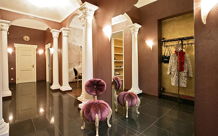 <p>Автор проекта: Наталья Шерстнева.</p> <p>Большие зеркала в интерьере &mdash; характерная черта всех классических стилей. Отражения  конструктивных и декоративных элементов подчеркивает симметричную организацию пространства.</p>