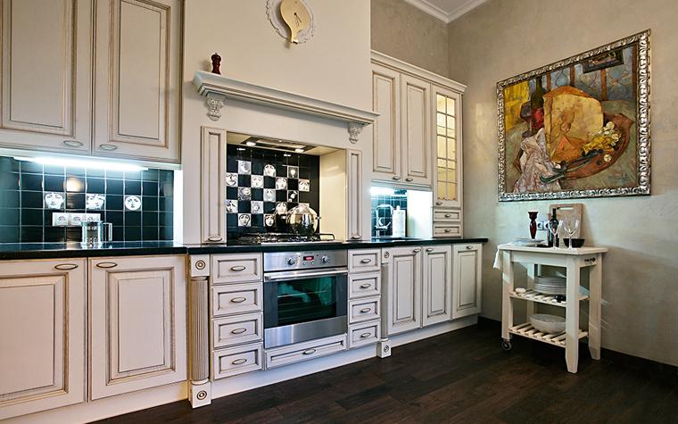 <p>Автор проекта: Наталья Шерстнева.&nbsp;</p> <p>Классическая кухня предполагает наличие классической живописи в тяжелой золотой раме. </p>