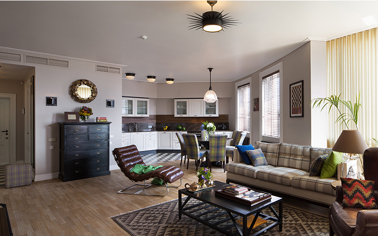 <p>Автор проекта: Юрий Зименко</p> <p>Английский стиль этой гостиной читается в необычном текстиле: клетчатых обивках дивана и столовых стульев, а также в ковре с плетеными ромбами. </p>