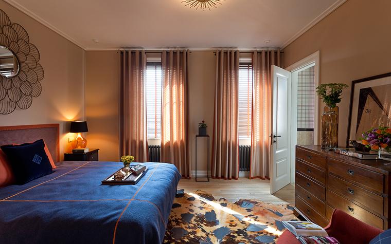 <p>Автор проекта: Юрий Зименко.&nbsp;</p> <p>Два окна в спальне, расположенные на одной стене, имеют и жалюзи, и шторы. Не забывайте, что драпировки рекомендуется менять, они - сезонны!</p>