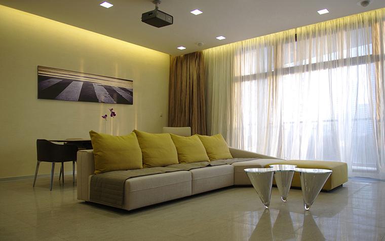 <p>Автор проекта: архитектурная студия STRUCTURA.</p> <p>В данной гостиной сочетание бежевого, белого и бледно-желтого делают этот минималистический интерьер очень спокойным. Желтого вроде бы и много, но он очень умеренный и ведет себя скромно.</p>