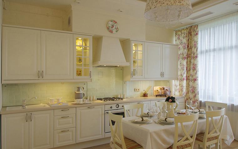 <p>Автор проекта: архитектурная студия STRUCTURA.</p> <p>В этом белом интерьере кухня-столовая есть что-то приятно сельское, хотя это квартира, а не загородный дом. Обратите внимание на мощную вытяжку, такую необходимую в опенспейсе кухня-столовая!</p>