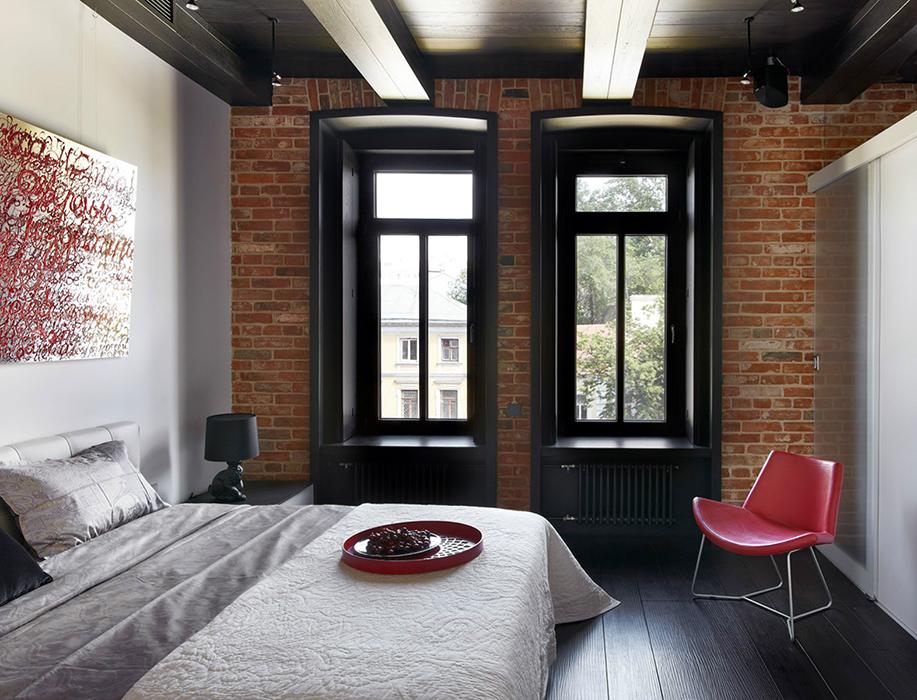 <p>Автор проекта:  студия Studioplan. &nbsp;</p> <p>Спальня лофта с двумя окнами на одной стене - классика жанра. Черные рамы, черный пол и потолок и открытая кирпичная кладка стен делают эту композицию очень стильной.</p>