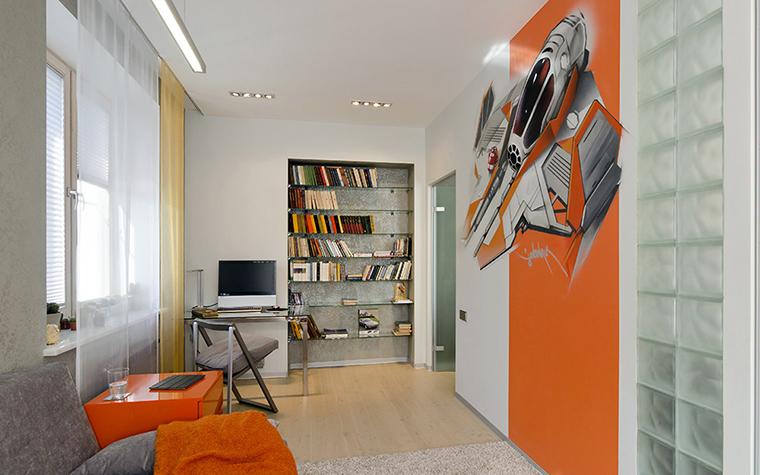 <p>Автор проекта: Ольга Симагина</p> <p>Детская комната оформлена в современном стиле и яркой цветовой гамме. На фоне белых стен эффектно смотрятся оранжевая тумба, текстиль и настенная роспись в стиле актуального арта. </p>