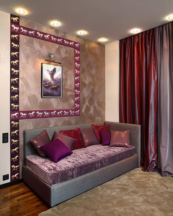 <p>Автор проекта: ARTDEFACTO, Куценко Александр, Юлия Михайлова</p> <p>Небольшой диван-кушетка отлично вписался в угол камерной гостиной, но главное своей обивкой и подушками поддержал актуальную розово-лиловую гамму интерьера.&nbsp;</p>