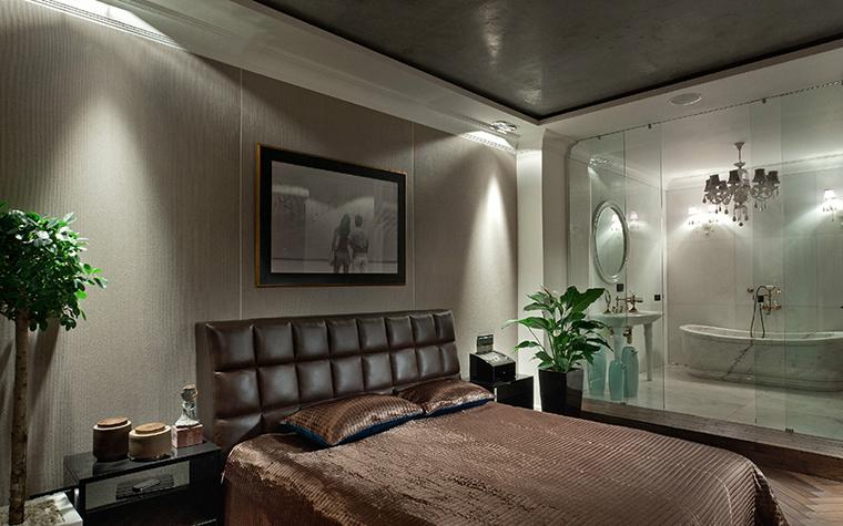 <p>Автор проекта: Серей Махно.</p> <p>Цветочный интерьер для спальни надо подбирать особенно тщательно. Если растение находится далеко от окна и не получает достаточно освещения, оно быстро потеряет декоративность и будет диссонировать с интерьером помещения.</p>