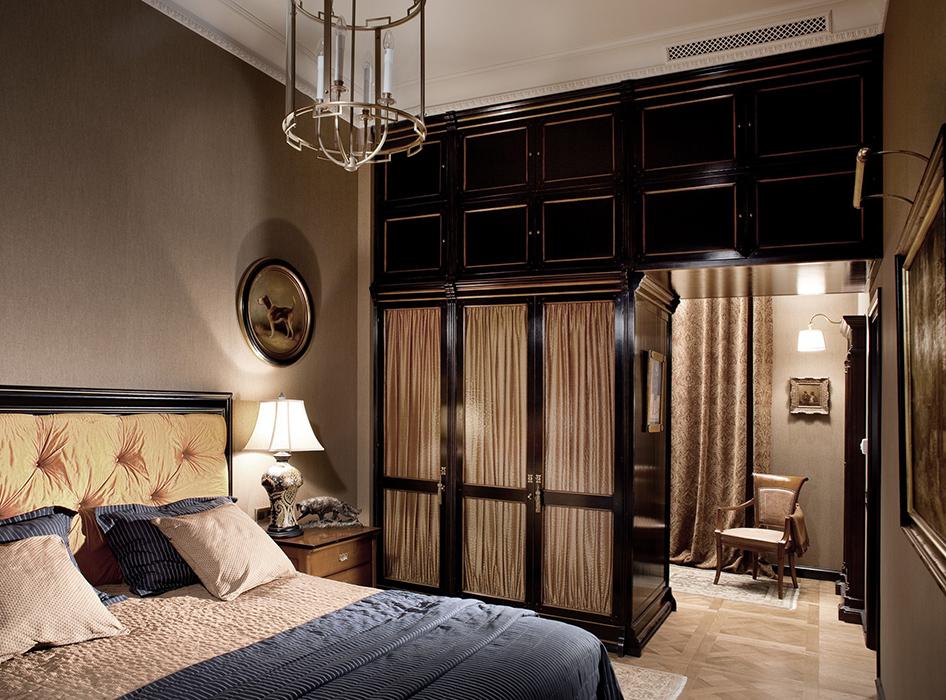 <p>Автор проекта: SNP studio</p> <p>Большую роль играет свет. Отдых, расслабление и хороший сон, не в последнюю очередь зависят от освещения. Должно быть несколько источников света, чтобы разыграть сценарий и полутёмного, романтического помещения, и хорошо освещённого. Главным источником света в спальном интерьере классического стиля являются люстры.&nbsp; Но в спальне необходимо и дополнительное освещение в вроде бра и небольших светильников, у туалетного  столика, у изголовья кровати.</p>
