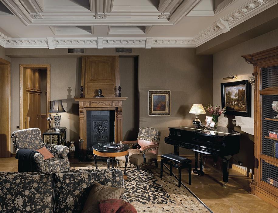 <p>Автор проекта: студия дизайна &quot;SNP&quot;.&nbsp;</p> <p>Этому классическому интерьеру гостиной достаточно было бы одного предмета для стиля - роскошного черного рояля. </p>