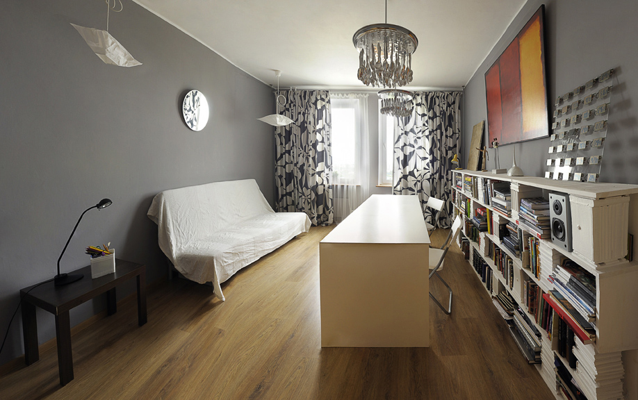 <p>Автор проекта: Ателье Le Atelier</p> <p>Неожиданное решение домашней библиотеки! Пристенный стеллаж и расположенный вдоль него длинный письменный стол очень напоминают композицию кухни с рабочим островом. </p>